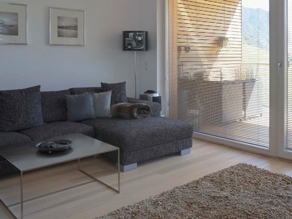 Eine Innenjalousie Im Wohnzimmer Als Sonnen Und Sichtschutz